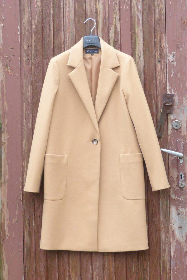 Krótki płaszcz o prostym kroju wiosenny w kolorze jasny kamel
