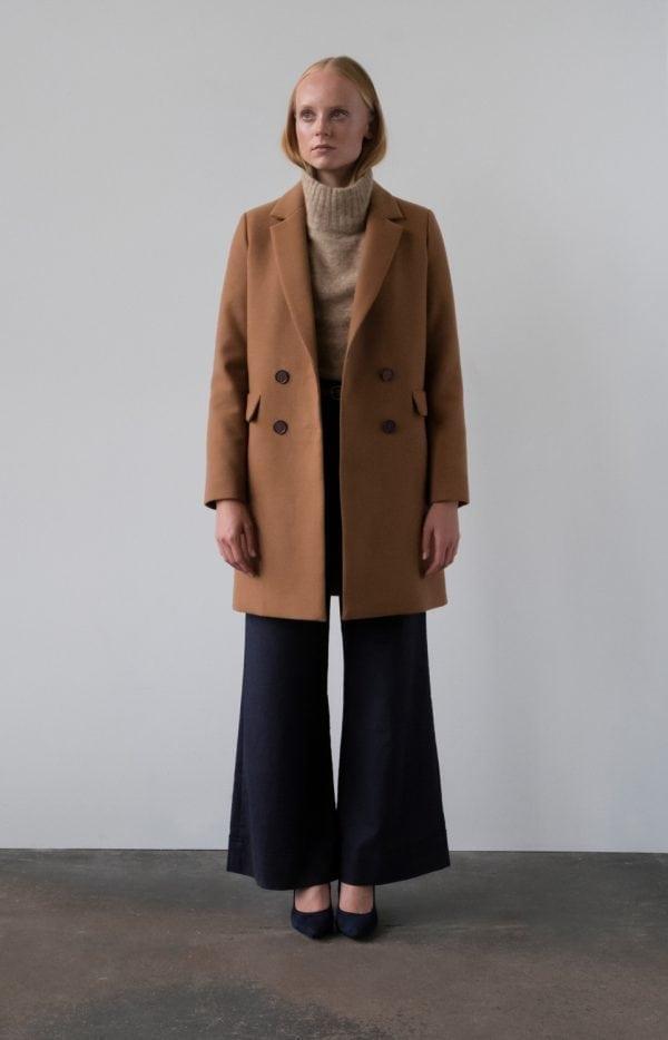 płaszcz wełniany dwurzędowy dyplomatka krótki w kolorze ciemny kamel