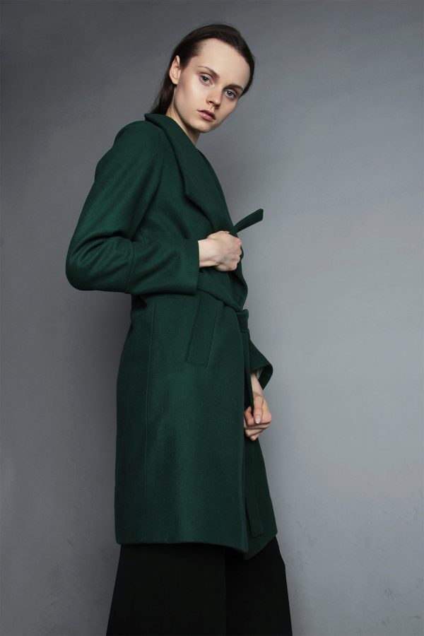 zimowy płaszcz wiązany w pasie z wełny ocieplany z kołnierzem w kolorze butelkowa zieleń