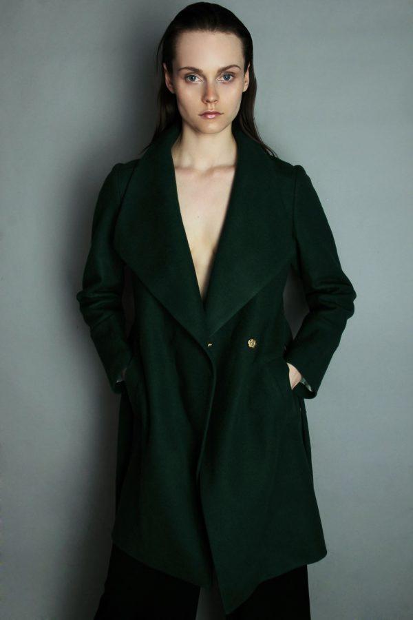 płaszcz zimowy z wełny z kołnierzem wiązany w pasie w kolorze butelkowej zieleni