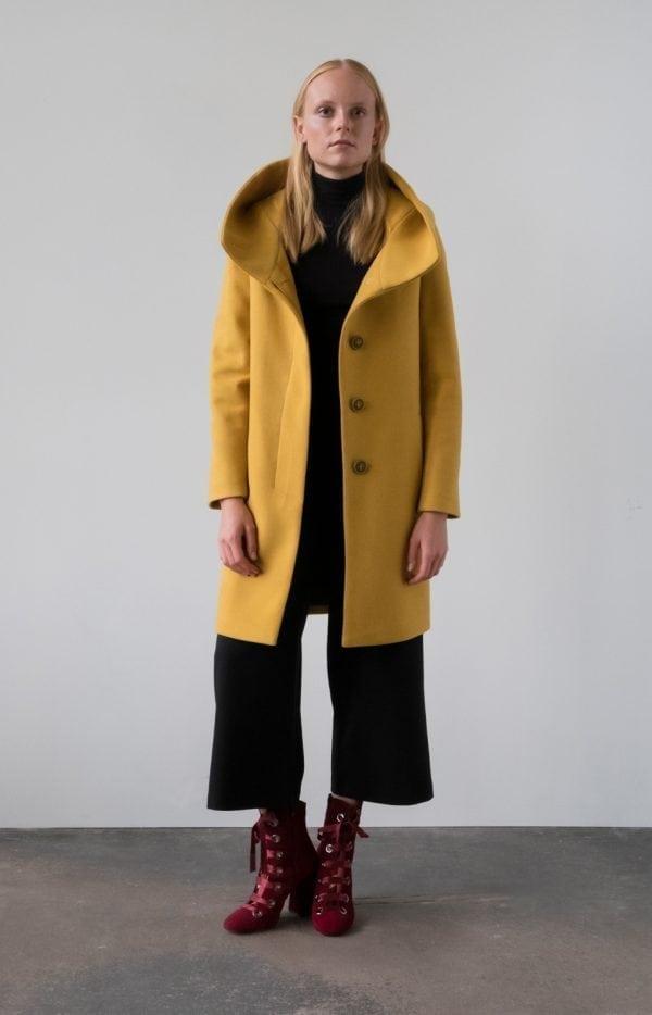 płaszcz zimowy na guziki ocieplany z kapturem kolor miodowy