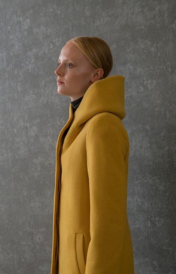 płaszcz z kapturem ocieplany zimowy z wełny na podszewce kolor miodowy