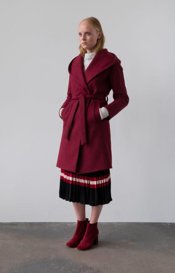 płaszcz zimowy ocieplany z wełny z kapturem wiązany w pasie w kolorze czerwonego wina