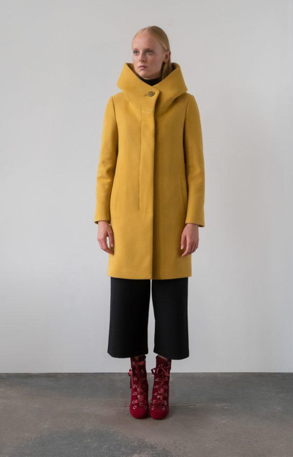 płaszcz zimowy z kapturem ocieplany z krytym zapięciem wełniany w kolorze miodowym