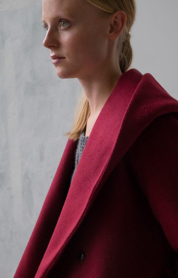 płaszcz z kapturem w kolorze czerwonego wina wełniany na zimę wiązany w pasie