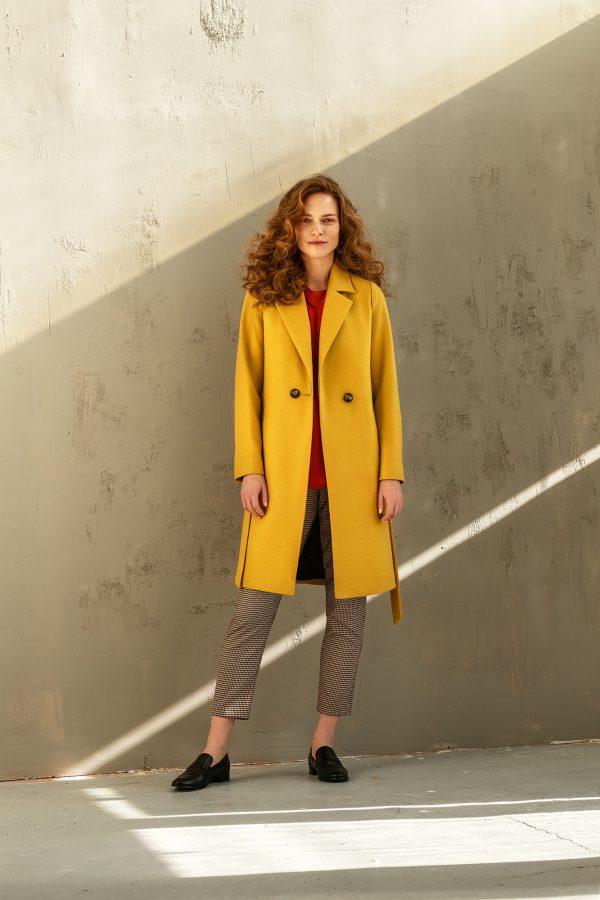 płaszcz klasyczny jednorzędowy z kołnierzem rewers na podszewce z paskiem w kolorze miodowo żółtym