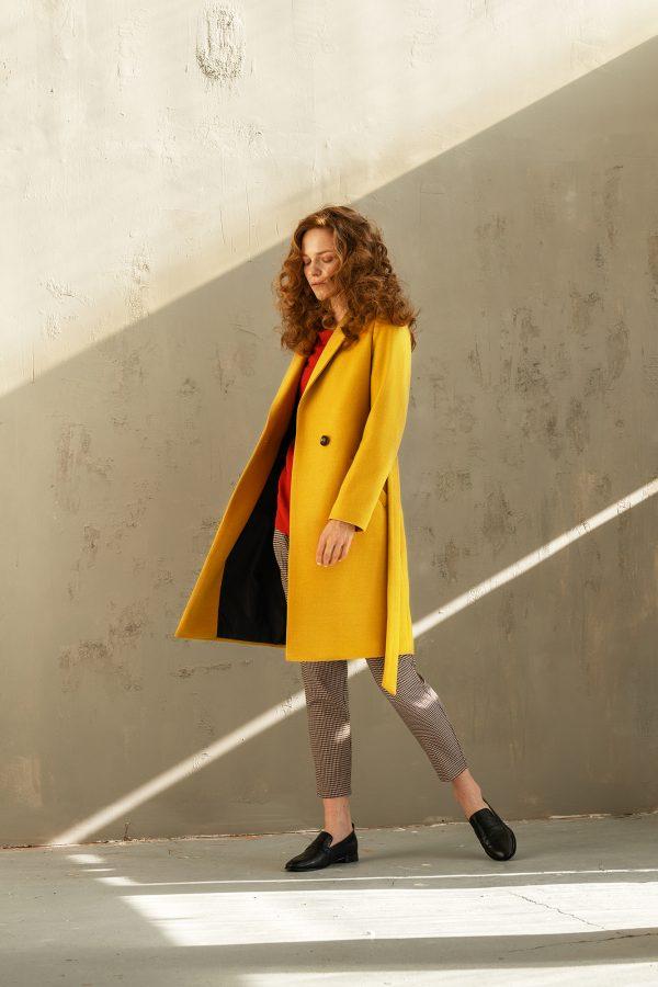 jednorzędowy płaszcz klasyczny z kołnierzem rewers na podszewce z paskiem w kolorze miodowo żółtym