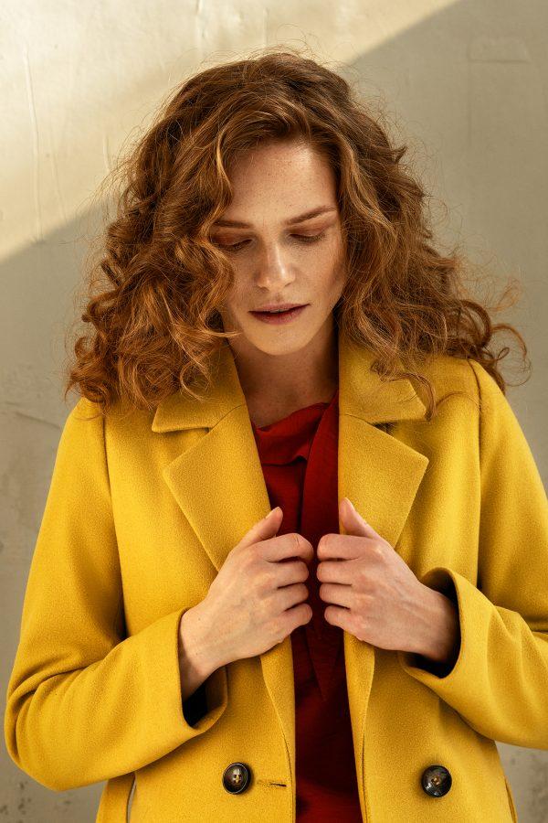 płaszcz długi jednorzędowy klasyczny z kołnierzem rewers na podszewce z paskiem w kolorze miodowo żółtym