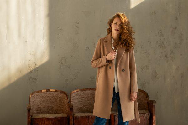 klasyczny płaszcz jednorzędowy z rewersem zapinany na jeden guzik na podszewce z paskiem w kolorze jasny kamel