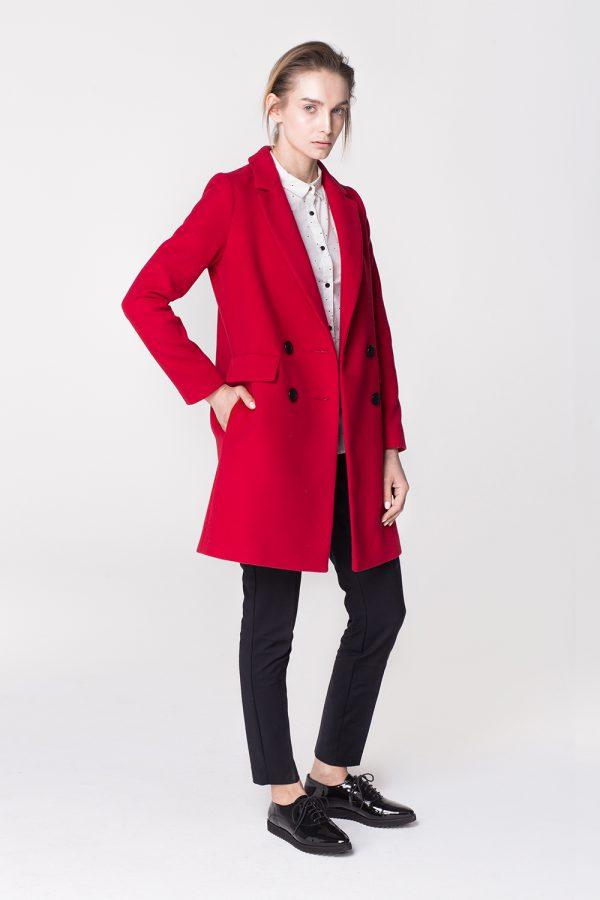 Klasyczna dyplomatka dwurzędowa, na podszewce, w energetycznym czerwonym kolorze. Wygodna, funkcjonalna i stylowa. Świetna alternatywa dla prochowca.