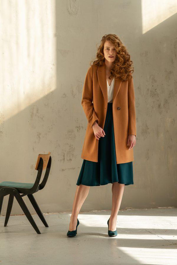 klasyczny płaszcz jednorzędowy z wełną na wiosnę zapinany na jeden guzik z rewersem kolor ciemny kamel