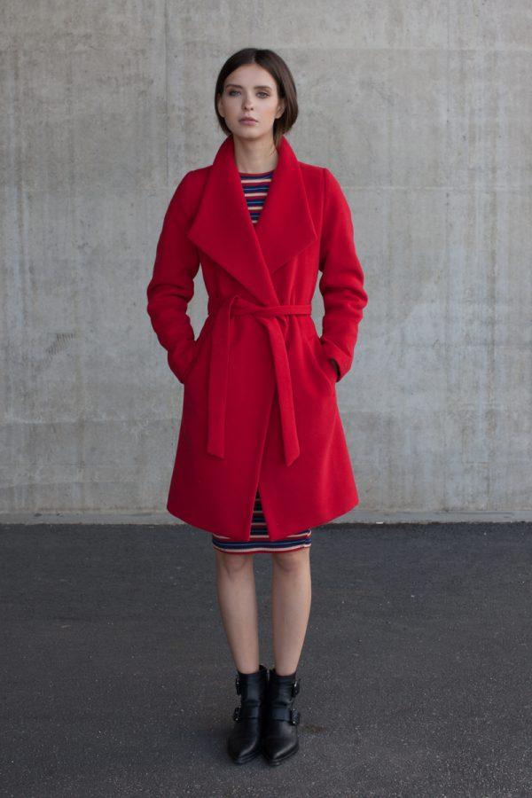 płaszcz wiązany w pasie z regulowanym kołnierzem wełniany na podszewce kolor czerwony