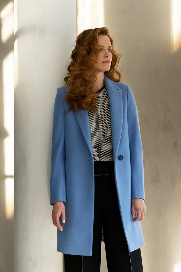 klasyczny jednorzędowy płaszcz z rewersem ciepły zapinany na jeden guzik lekko taliowany z tyłu z wełną w kolorze błękitnym