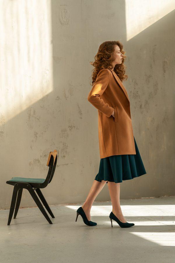 prosty klasyczny płaszcz jednorzędowy lekko taliowany z tyłu zapinany na jeden guzik z rewersem ciepły w kolorze ciemny kamel