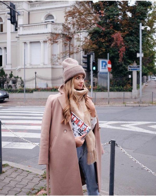 Płaszcz zimowy jasny kamel w miejskim stylu ocieplany.