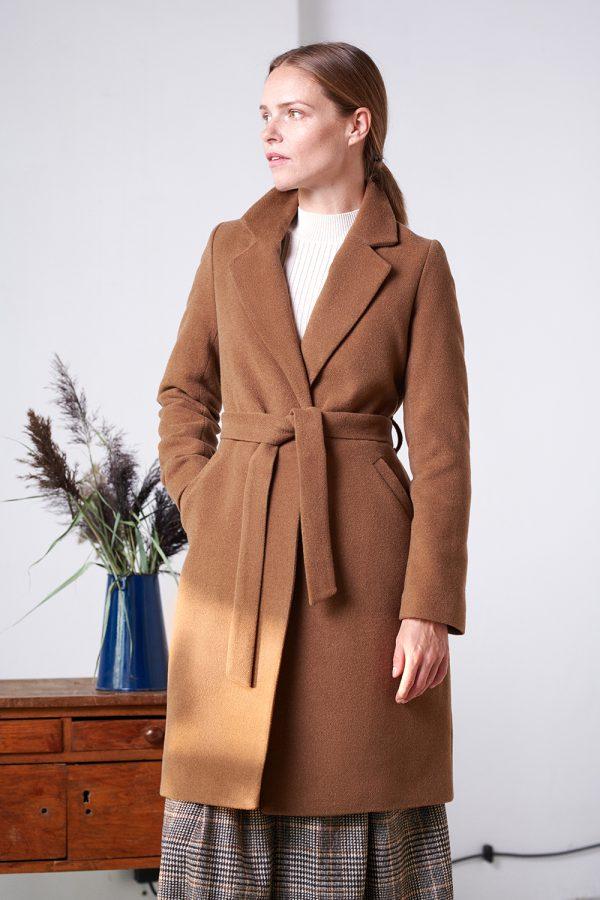 wiązany płaszczyk zimowy ocieplany w kolorze brązowym