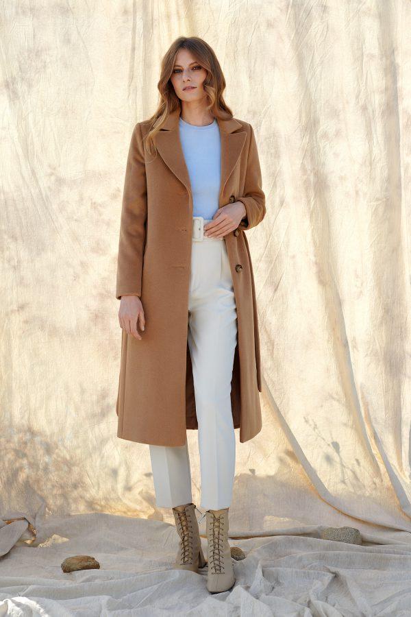 Długi klasyczny płaszcz taliowany z paskiem o długości midi alpaka.
