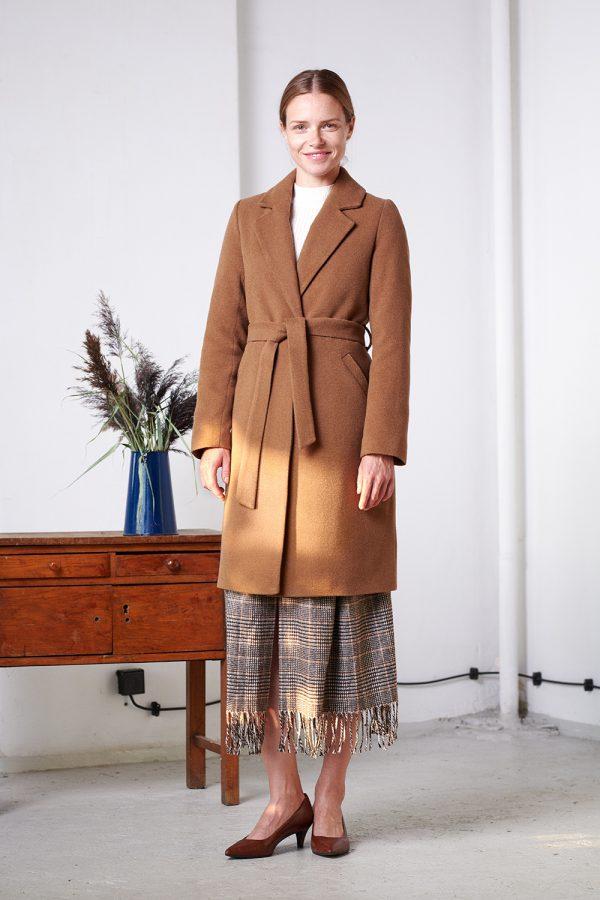 płaszcz ocieplany w kolorze brąz wiązany w pasie z rewersem