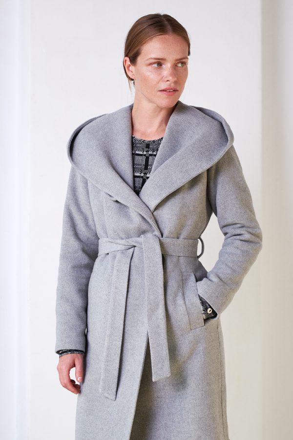 wiązany płaszcz ocieplany z kapturem z wełną w kolorze popielatym