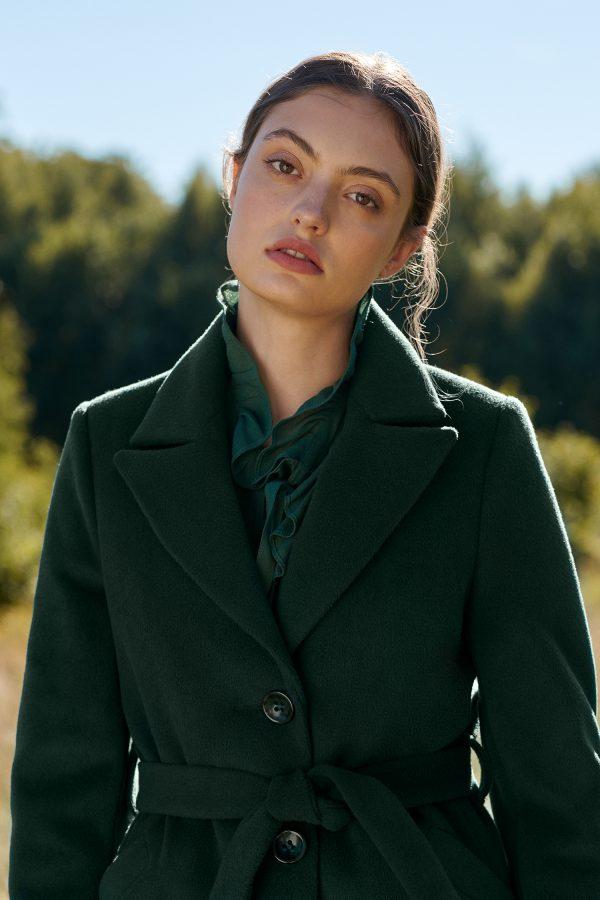 damski płaszcz zimowy z kołnierzem rewers wiązany w pasie zapinany na guziki