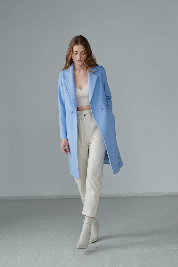 Płaszcz wiosenny z mieszanki wełny, w przepięknym kolorze, jednorzędowy, zapinany na guziki i wiązany.