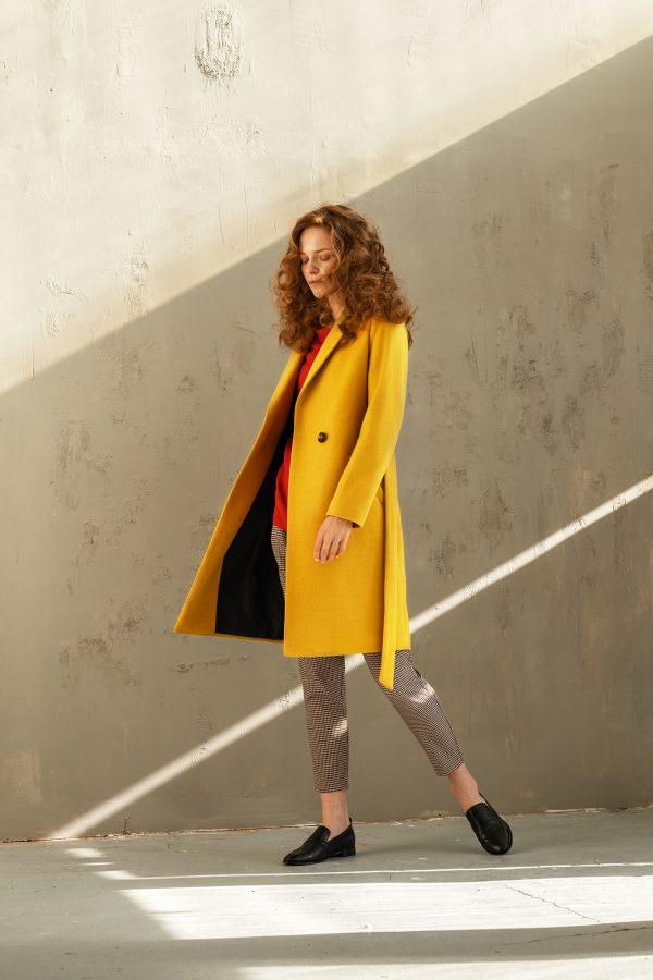 damski płaszcz wiązany w pasie w kolorze miodowym