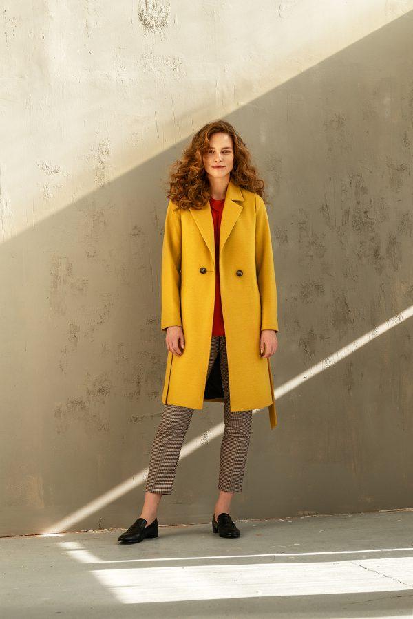 wiosenny płaszcz damski w kolorze miodowym jednorzędowy