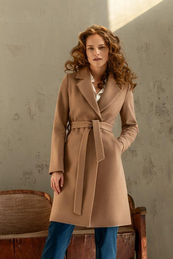 zimowy płaszcz damski w kolorze kamelowym wiązany w pasie