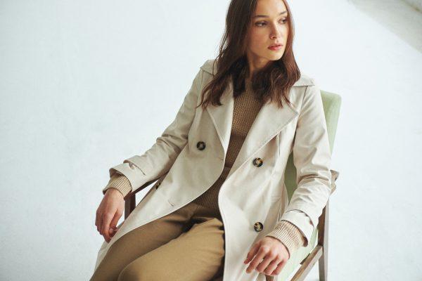 Dwurzędowy płaszcz o fasonie trencza w kolorze śmietanowym