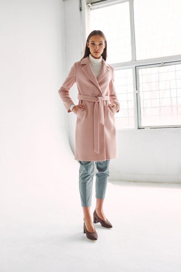 klasyczny wełniany płaszcz wiązany w pasie w kolorze brudnego różu