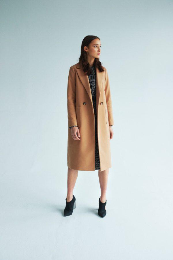 długi wiosenny płaszcz d dużymi kieszeniami zapinany na guzik
