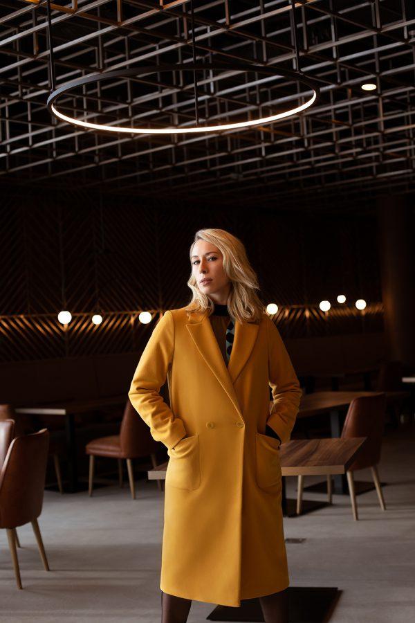Żółty płaszcz wiosenny długi prosty pudełkowy z naszywanymi kieszeniami na przodzie. Mocny akcent każdej stylizacji.