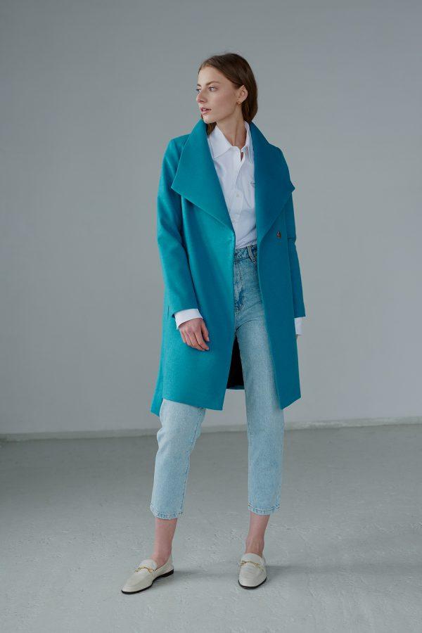 Cyrankowy płaszcz wiosenny przed kolano. Świetna alternatywa prochowca. Wzbogaci każdą stylizację. Wiązany w pasie.