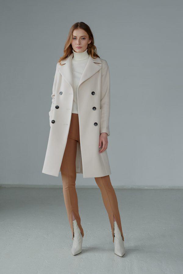Przepiękny płaszcz wiosenny zapinany na guziki, dopasowany z podkreślonymi ramionami.