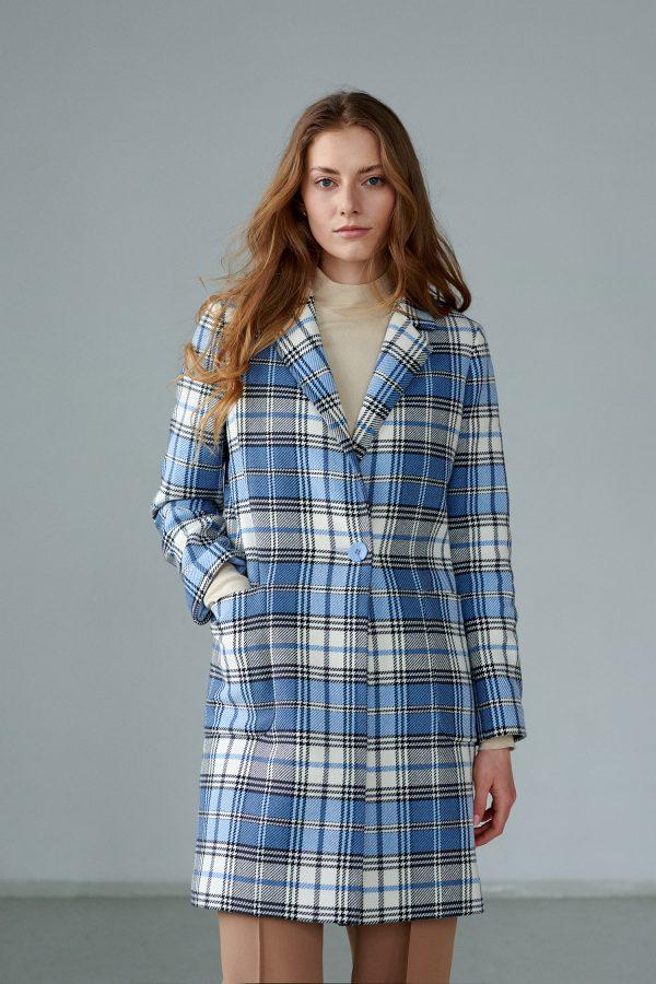 Lekki, prosty płaszcz w kratkę, z dużymi, naszywanymi kieszeniami.
