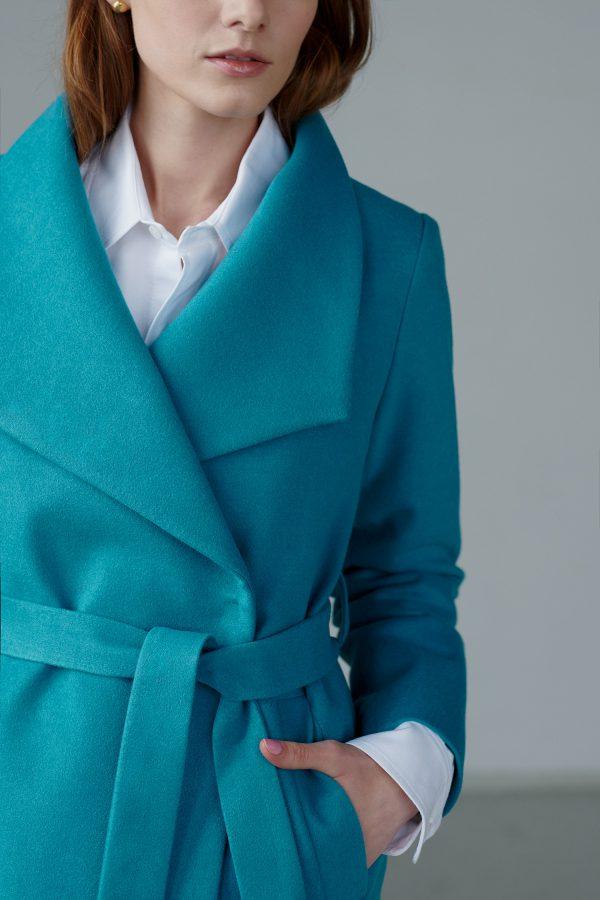 Ciepły, wiosenny płaszcz z dużym kołnierzem, taliowany, wiązanie w pasie, zapiany na zatrzask, w przepięknym cyrankowym kolorze.