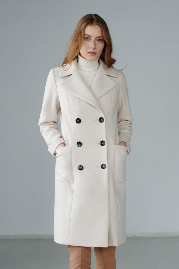 Dwurzędowy płaszcz wiosenny z ozdobną patką z tyłu, z szerokimi klapami, długości do kolana.