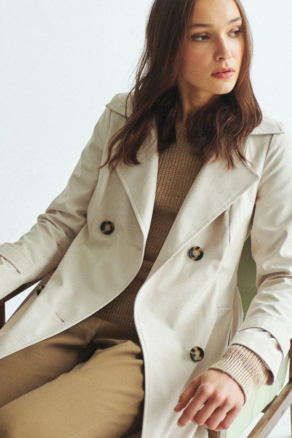 dwurzędowy płaszcz o fasonie trencza w kolorze kremowym