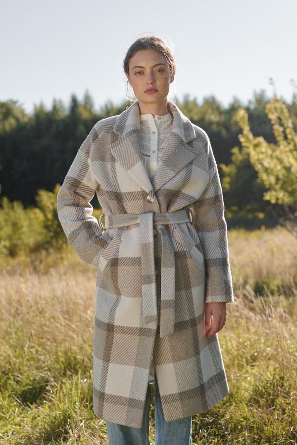 damski kraciasty płaszcz o lużnym kroju wiązany paskiem