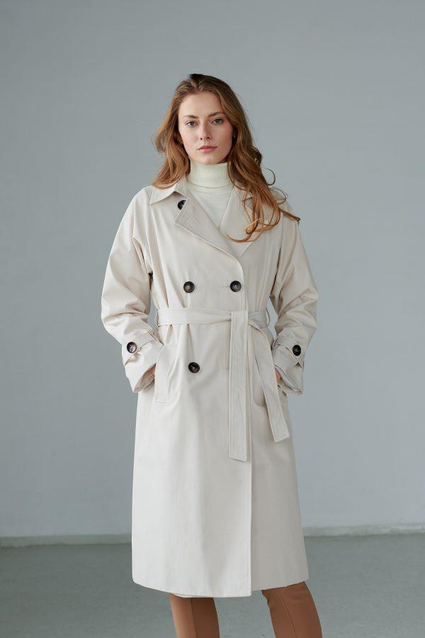 Oversize płaszcz trencz dwurzędowy, zapinany na guziki, obszerny, wiązany w pasie, z peleryna na tyle.