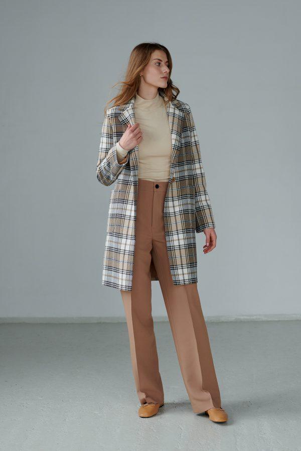 Wiosenny, luźny płaszczyk z limitowanej edycji w modną kratę, z dużymi naszywanymi kieszeniami.