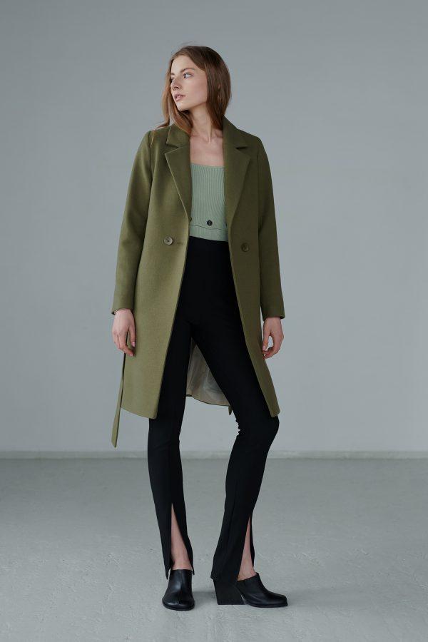 Klasyczny płaszcz wiosenny na lata, w ciekawym odcieniu szałwiowej zieleni, taliowany, wygodny krój, wiązany paskiem, zapinany na guzik.