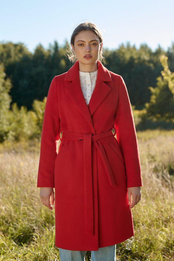 Czerwony płaszcz w kolano zimowy związywany w pasie