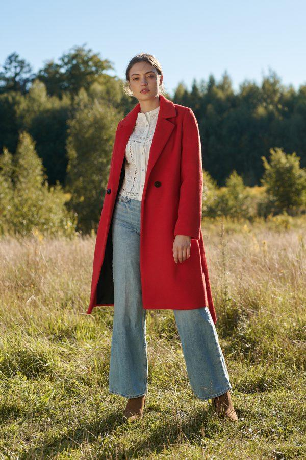 Zimowy płaszcz czerwony dłuść w kolano, wiązany w pasie zapinany na guziki