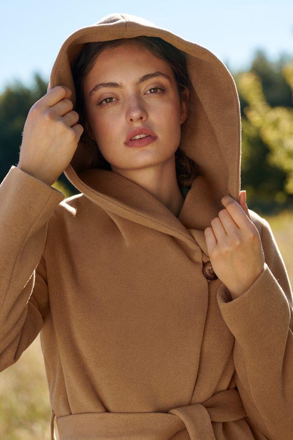 płaszcz z kapturem wełniany zimowy w kolorze kamel
